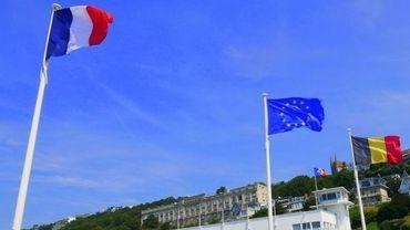 Les drapeaux belges et français en adhésion pour le match