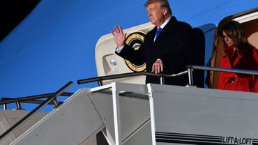 Le président américain Donald Trump et la première dame américaine Melania Trump (R) débarquent de l'Air Force One après avoir atterri à l'aéroport de Stansted, au nord-est de Londres, le 2 décembre 2019, à l'approche du prochain sommet de l'OTAN.