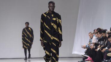 Les costumes amples, presque lose, ornés  de rayures tigrées de la collection automne-hiver 2019-2020 d'Issey Miyake Men. Paris, le 17 janvier 2019.