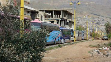 Un convoi de bus entre dans la ville rebelle de Zabadani, au nord-ouest de Damas, pour une opération d'évacuation de civils et combattants, le 12 avril 2017 en Syrie