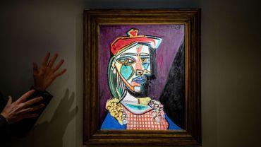 """Le peintre espagnol a réalisé """"Femme au béret et à la robe quadrillée (Marie-Thérèse Walter)"""" en 1937, l'année où il a peint """"Guernica"""", qui décrit l'horreur du bombardement nazi de la ville basque pendant la guerre civile espagnole."""