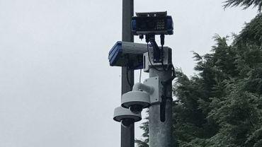 Les caméras ANPR photographient les plaques de toutes les voitures qui passent à cet endroit.