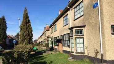 La commune compte des centaines de logements sociaux vides, comme dans la paisible et coquette cité-jardin floréal (photo)
