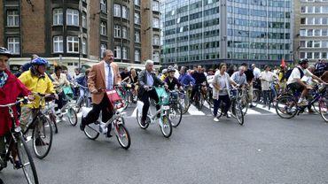 Une balade à vélo sur le rond-point Schuman. En 2000, la journée sans voiture a peu ou pas de retentissement.