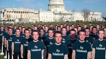 100 pancartes représentant Marc Zuckerberg placées devant la Capitol américain à Washington.