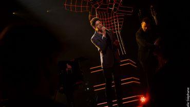Ola s'essaye à un nouveau style en français sur la scène de The Voice