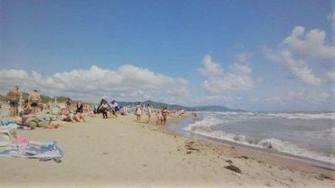 """La police de Grosseto (Italie) confisque les transats et les parasols laissés sur la plage pour """"réserver"""" des places"""