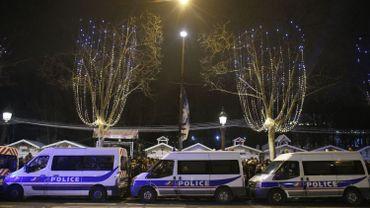 Des cars de police le long des Champs-Elysées, à Paris