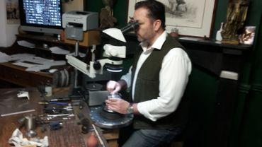 Le créateur Horloger Roland Baptiste dans son atelier à Verviers