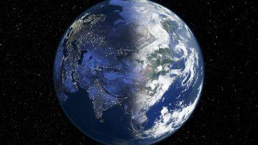 Vue du Soleil, lors des deux équinoxes, la Planète bleue apparaît éclairée de façon égale dans ses deux hémisphères.
