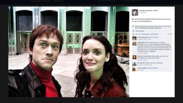 """Un selfie de Joseph Gordon-Levitt et Charlotte Le Bon sur le tournage de """"The Walk"""" et postée sur Facebook par l'acteur"""