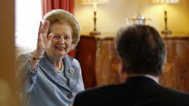 En visite chez son successeur David Cameron, Margaret Thatcher salue l'assemblée