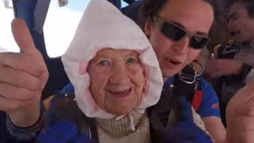 À 102 ans, cette australienne effectue son troisième saut en parachute en 2 ans (vidéo)