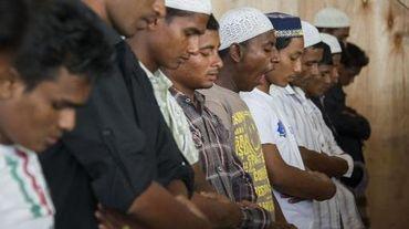 Des migrants Rohingyas prient à Kuala Cangkoi, dans la province d'Aceh en Indonésie, le 14 juin 2015