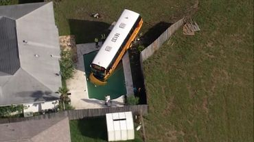 Etats-Unis: un bus scolaire quitte la route et finit sa course... dans une piscine (vidéo)