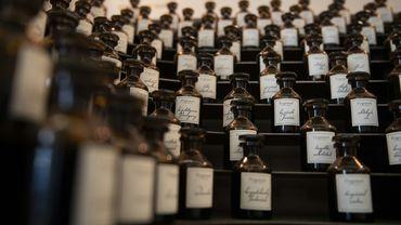 Dans un hôtel particulier en face de l'opéra Garnier, la maison familiale Fragonard, basée à Grasse, raconte le savoir-faire lié à cette ville de la Côte d'Azur, berceau de la parfumerie mondiale