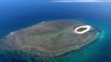 Une petite île entourée de corail au large de l'Australie - qui pourrait être menacée, comme le peu de vie marine sauvage qui reste encore sur la planète, par le frêt maritime, la pollution et la surpêche. Photo non datée de Bruce Rocherieux, rendue publique par l'Université de Queensland, en Australie, le 27 juillet 2018.