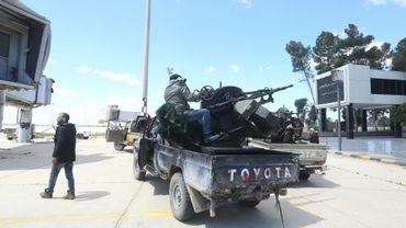 Des forces loyales au Gouvernement libyen d'union nationale (GNA) et engagées dans la bataille contre les forces du maréchal Haftar, sur le terrain de l'ancien aéroport international de Tripoli le 8 avril 2019