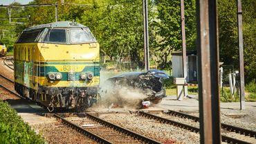 Une collision entre un train et une voiture tue trois... mannequins pour un crashtest