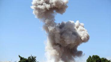 Une colonne de fumée après un bombardement attribué au régime syrien dans les faubourgs de  Maaret al-Numan, une localité du nord de la province d'Idleb, le 24 août 2019