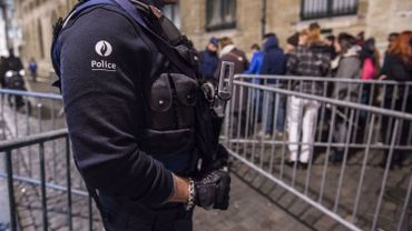 Normalement, les policiers qui participent au défilé portent une arme mais leur chargeur est dépourvu de balles réelles.
