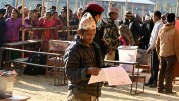 Des Népalais attendent pour voter, le 26 novembre 2017 à Sindhupalchowk, à 100 km à l'est de Katmandou