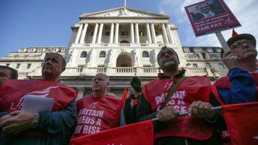 Des employés de la Banque d'Angleterre manifestent le 1er août 2017 pour leur salaire, à Londres