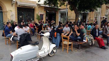 Des Chypriotes sur la terrasse d'un café à Nicosie