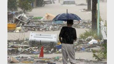 Un habitant regarde les dégâts des inondations, le 20 septembre 2011 à Nagoya, à l'approche du typhon Roke
