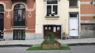 Pétunias, hortensias et épinards ont fleuri devant une porte de garage à la rue Devreese