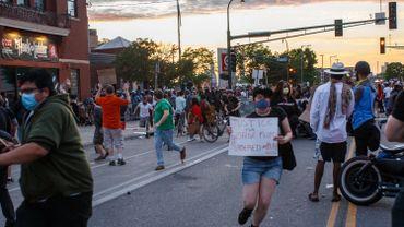 Deuxième nuit de troubles à Minneapolis à la suite de la mort d'un suspect noir lors de son arrestation par 4 policiers blancs.