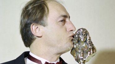 """Etienne Chicot pose avec son Molière du """"Meilleur comédien dans un second rôle"""" remporté en 1989 pour """"Une absence"""", une pièce de Loleh Bellon."""