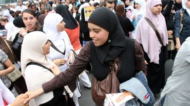 En 2007, des étudiantes manifestaient devant la Communauté française pour avoir le droit de porter le voile à l'école
