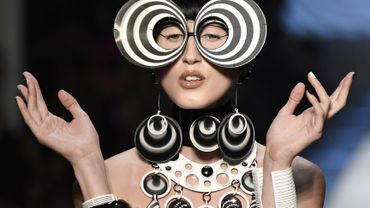 Les fausses lunettes et les bijoux hypnotiques de Jean Paul Gaultier. Collection haute couture printemps-été 2018. Paris, le 24 janvier 2018.