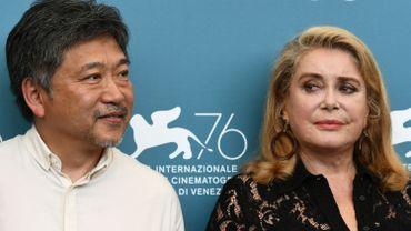 Le réalisateur Hirokazu Kore-Eda et Catherine Deneuve à la conférence de presse de la Mostra