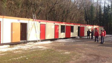 Les éléments modulaires ont été installés à l'Ecole du Centre d'Hornu ce mardi 3 janvier.  ils accueilleront dès lundi les élèves qui ne pouvaient plus accéder,pour raison de sécurité, aux étages de l'école