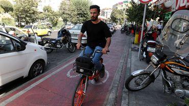 Avec ses vélos orange, Téhéran se rêve en Amsterdam de montagne.