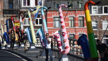 """Saxophones sur le pont principal de Dinant dans le cadre de l'expo """"Art on Sax"""", qui célèbre le 200e anniversaire de la naissance d'Adolphe Sax"""