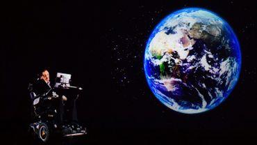 Un enregistrement de la voix synthétisée de l'astrophysicien Stephen Hawking sera envoyé dans l'espace vendredi, à l'occasion de son inhumation à Londres aux côtés de Newton et Darwin, deux autres grands noms britanniques de la science
