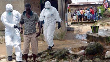 Ebola: les pays victimes isolés, GSK accélère le développement d'un vaccin