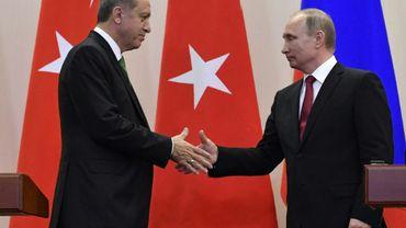 Le président russe Vladimir Poutine (D) reçoit son homologue turc Recep Tayyip Erdogan dans la station balnéaire de Sotchi, le 3 mai 2017