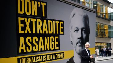 Le père de Julian Assange, devant le tribunal lundi