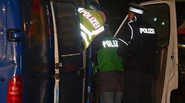 Des policiers allemands fouillent une camionnette, le 26 novembre 2015 à Berlin