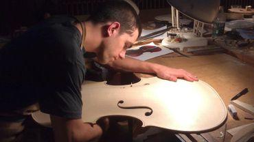 Emilio Crabbé, jeune luthier belge est notre invité ce midi. Il sera en compagnie de la luthière taïwanaise Chilling Chen