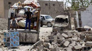 Illustration: des habitants de Taji fouillent les décombres après un attentat