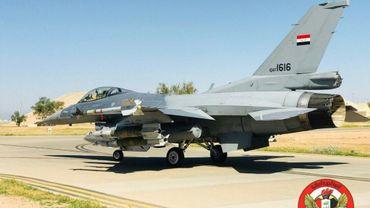 Photo fournie par l'armée de l'air irakienne, le 19 avril 2018, d'un F-16 sur une piste d'atterrissage dans un endroit non précisé