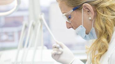 Soins dentaires: les factures des prothèses fixes trop élevées et opaques, selon la MC