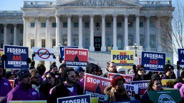 Des membres des syndicats du transport aérien et de la sécurité aérienne manifestent devant le Capitole, le 10 janvier 2019 à Washington
