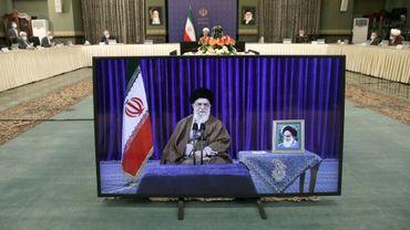 Photo fournie le 10 mai 2020 par le bureau de l'ayatollah Ali Khamenei, montrant le guide suprême iranien s'adressant par visioconférence au Conseil des ministres réuni à Téhéran autour du président Hassan Rohani (C)