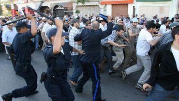 La police disperse les manifestants à coups de matraque